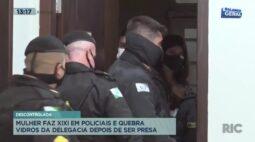 Mulher joga xixi em policial e quebra vidros da delegacia após ser presa em Curitiba