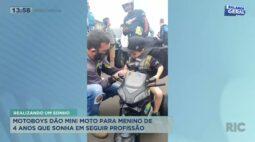 Motoboys dão mini moto para menino de 4 anos que sonha em seguir profissão