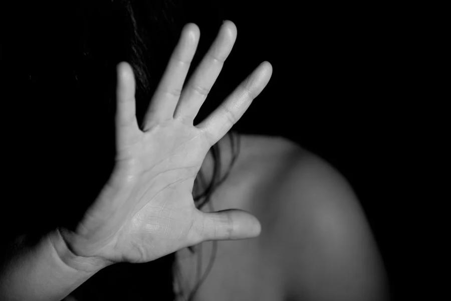 """Homem é preso ao enforcar namorada com toalha: """"Só sai morta, dentro de uma mala"""""""