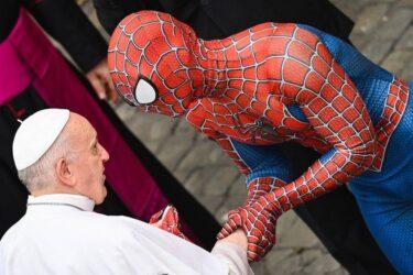 Papa Francisco cumprimenta Homem-Aranha em cerimônia no Vaticano