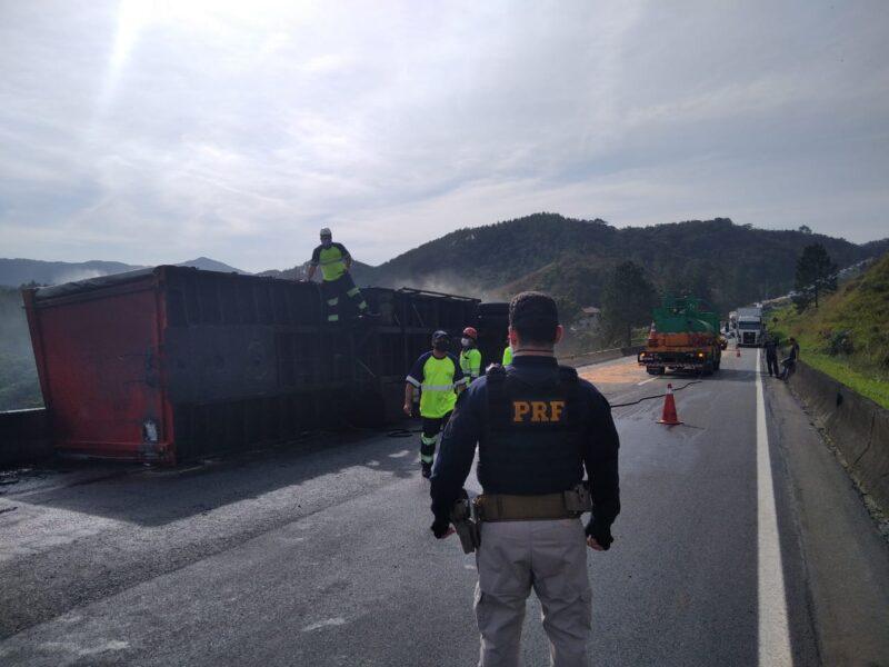 Caminhão tomba, pega fogo e interdita BR-116