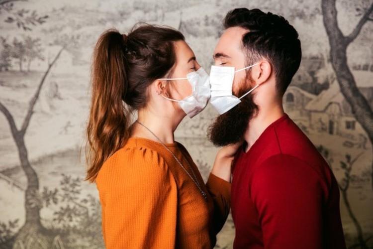 77% dos amantes afirmam que usar máscara facilita traições, diz pesquisa