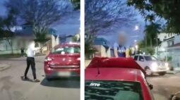 Vídeo: jovens destroem carro e agridem pai e filho após acidente de trânsito