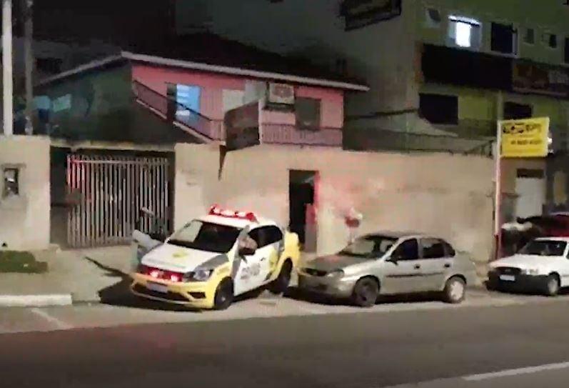 Homem morre durante incêndio em pousada, em Araucária