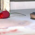 Mulher é encontrada morta com rosas, uma aliança nas mãos e frase cruel escrita na testa