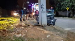 Motorista com sinais de embriaguez bate em poste e foge antes da chegada da PM