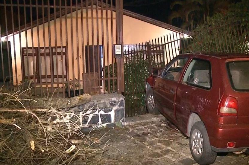 """Motorista com sinais de embriaguez invade casa no Juvevê: """"Não conseguia sair do carro"""""""