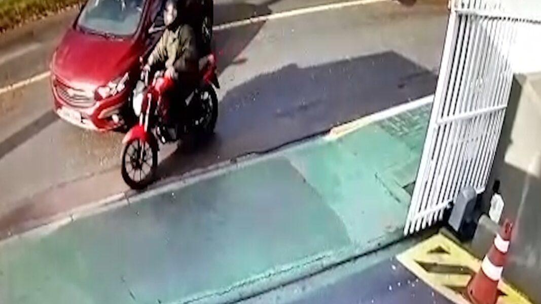 Polícia Civil investiga morte de mulher no portão de casa; suspeito fez pelo menos 10 disparos