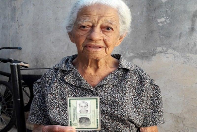 Mulher com 116 anos tira título de eleitor e impressiona funcionários de cartório de Londrina