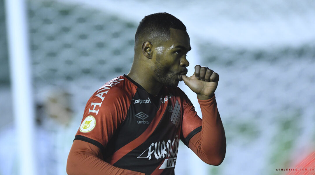 """Nikão marca 40º gol com a camisa do Athletico e celebra: """"É um clube em que me sinto em casa"""""""