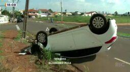 Idosa perde o controle do carro e atinge poste que chega a quebrar