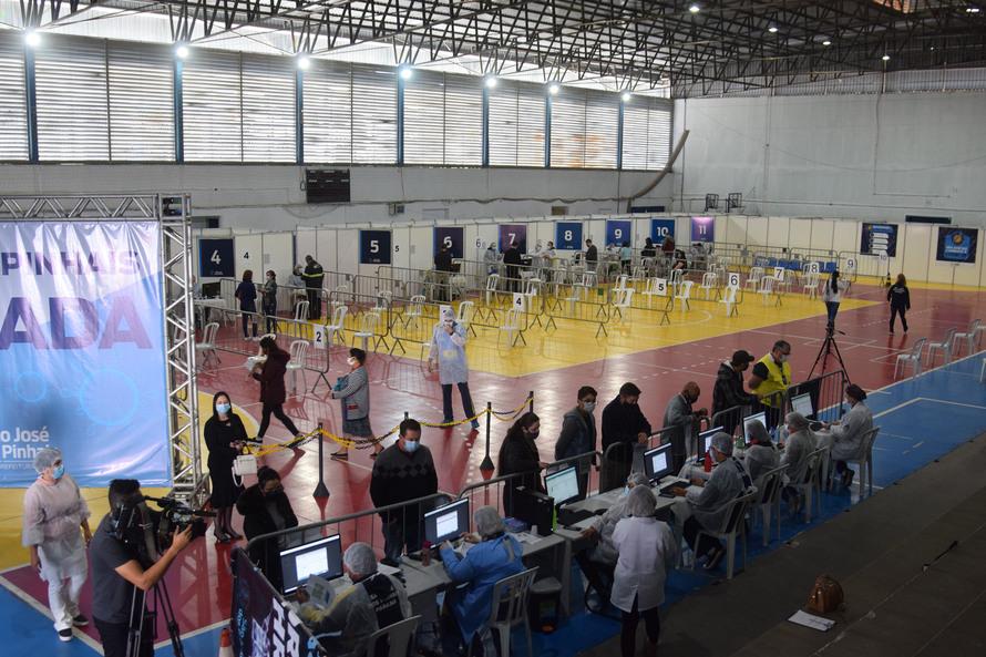 Paraná começa a vacinar trabalhadores do transporte aéreo