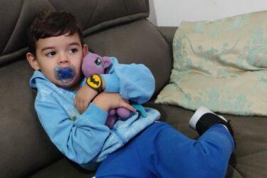 O emocionante reencontro do pequeno Arthur com o seu dragão roxo com cauda azul; entenda