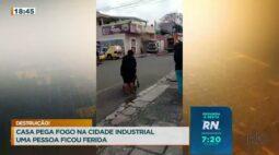 Casa pega fogo na cidade industrial uma pessoa ficou ferida