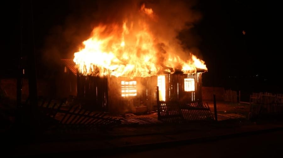 Jovens são encontrados mortos em Ponta Grossa; familiares e amigos incendeiam casa de suspeitos