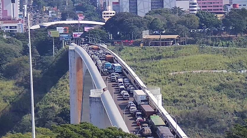 Manifestação de Paseros deixa trânsito lento na Ponte Internacional da Amizade