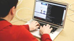 Menor invade aula online e exibe filmes pornográficos aos alunos