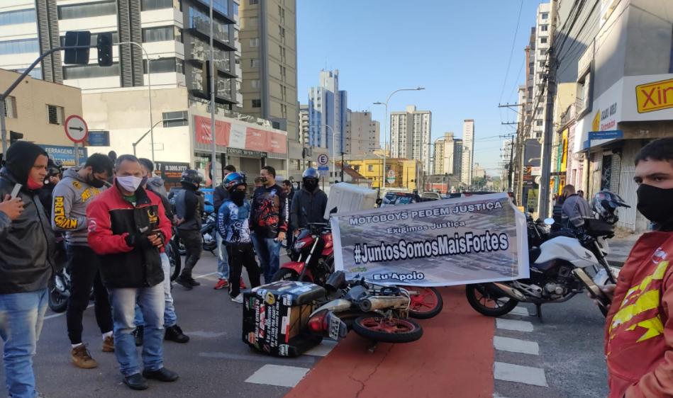 Após acidente grave com colega, motoboys fazem protesto em Curitiba