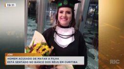 Homem acusado de matar a filha está sentado no banco de réus em Curitiba