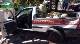 Dupla bate caminhonete carregada de botijões de gás durante fuga; assista