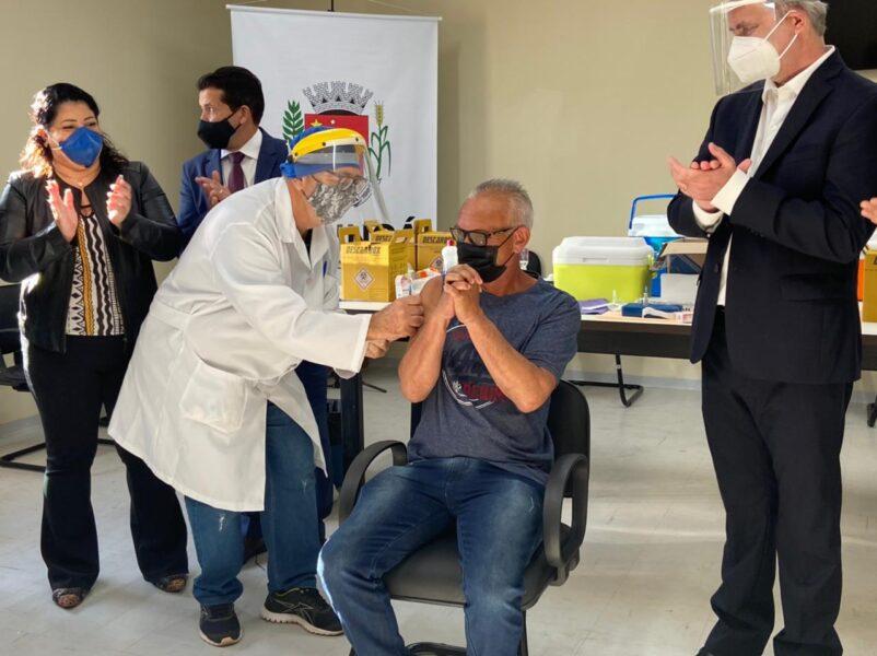 'Expectativa é vacinar contra covid-19 pessoas com 30 anos já na semana que vem', afirma secretário de Maringá