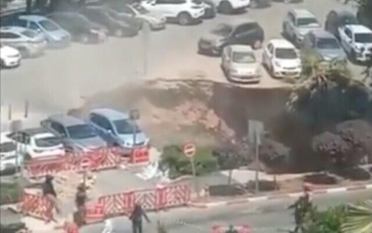 Cratera se abre em estacionamento e engole carros; veja o vídeo