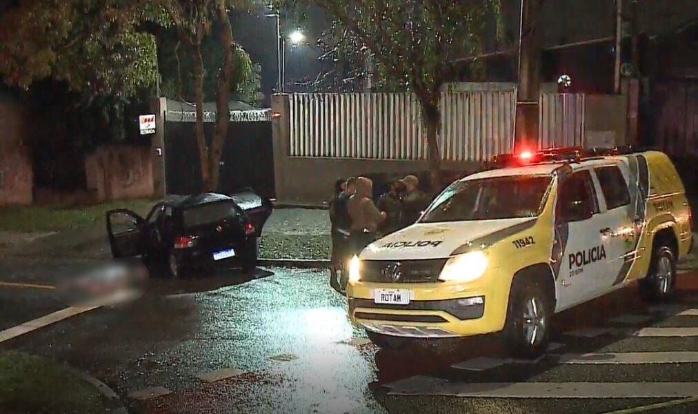 Suspeitos roubam loja no Bacacheri, mas precisam abastecer veículo e são encontrados pela PMPR