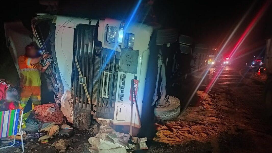 Caminhoneiro morre em tombamento na BR-376, perto de Ortigueira