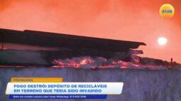 Fogo destrói depósito de recicláveis em terreno que teria sido invadido