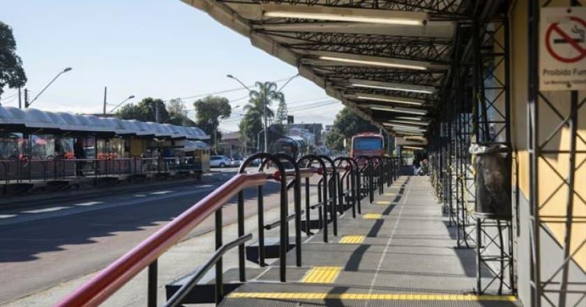 Terminais de ônibus terão pontos de vacinação contra gripe hoje (24), em Curitiba