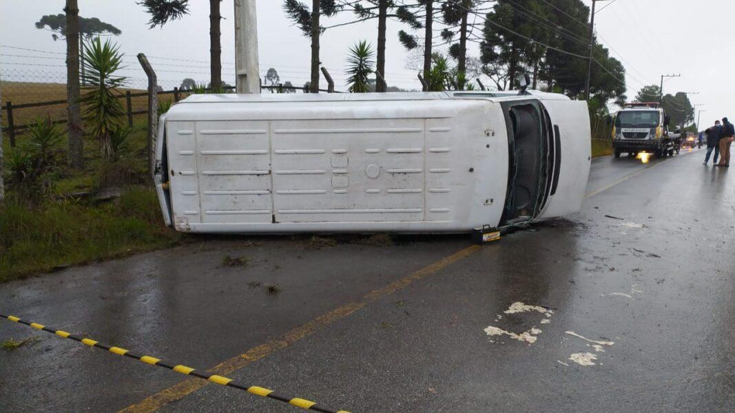 Passageira morre após van que carregava alimentos para o Pequeno Cotolengo capotar na Grande Curitiba