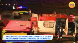 Três pessoas feridas em acidente em que o carro ficou praticamente embaixo do caminhão