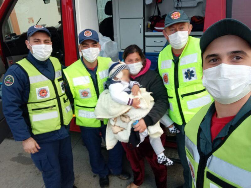 Menino de 2 anos é resgatado após ficar 13 horas perdido em mata; assista ao reencontro emocionante