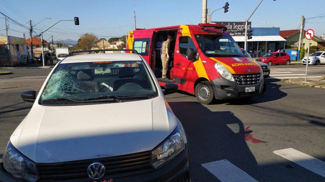 Ciclista fura sinal e provoca acidente no bairro Cajuru; vídeo