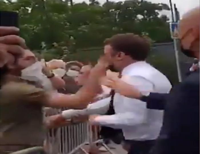 Presidente da França leva tapa na cara durante caminhada; veja o vídeo