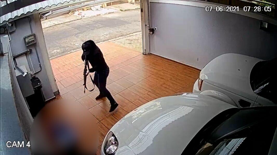 Câmeras flagram comerciante sendo metralhado no quintal de casa; assista