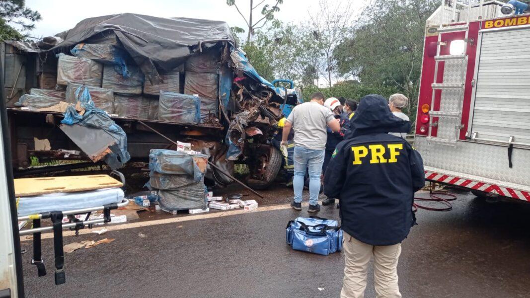 Caminhoneiro que levava cigarro contrabandeado provoca acidente com três veículos na BR-272