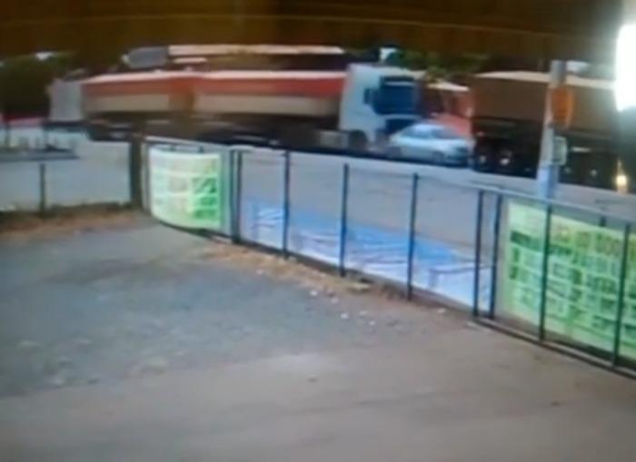 Carro é esmagado por caminhões em acidente e motorista sobrevive; veja o vídeo