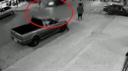 Bebê no colo da mãe é arremessada após serem atropeladas por adolescente; vídeo