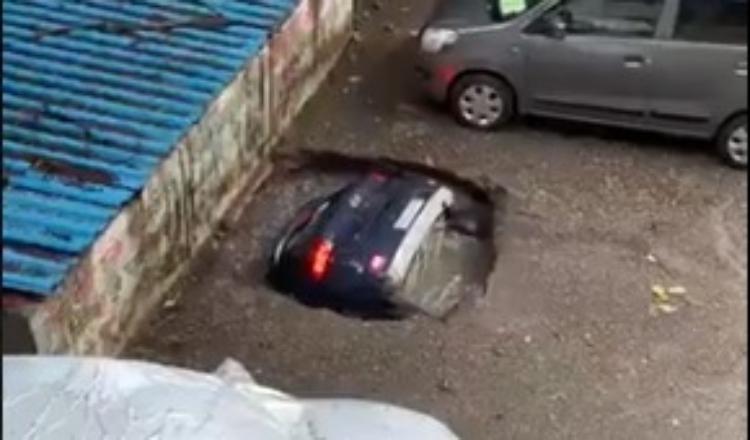 Carro é completamente engolido por cratera; veja o vídeo