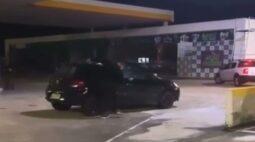 Após encontrar nota de motel no carro do namorado, homem é flagrado destruindo o veículo; vídeo