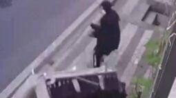 VÍDEO: Mulher escapa por pouco de ser atingida por um sofá jogado pela janela