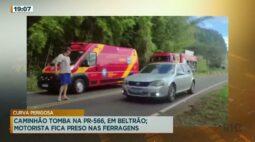 Caminhão tomba na PR 566, em Beltrão. Motorista fica preso nas ferragens
