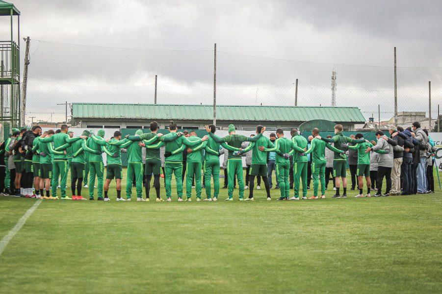 Vídeo: Jogadores e funcionários do Coritiba prestam homenagem a Renato Follador