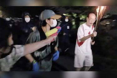 Japonesa é presa ao tentar apagar tocha olímpica com pistola d'água
