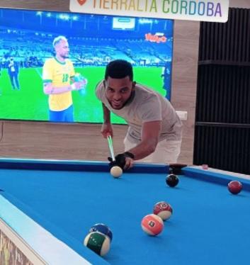 Borja provoca Neymar ao postar foto jogando sinuca com brasileiro abatido ao fundo