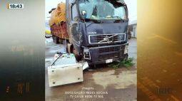 Carreta desgovernada bate em bomba de posto de combustíveis em cidade do Paraná