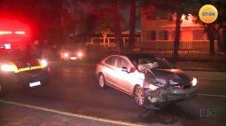 Motorista bate de frente em poste e médico teve ferimentos leves