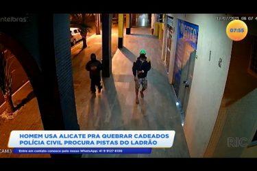 Homem usa alicate para quebrar cadeados e polícia civil procura pistas do ladrão