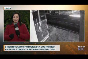 Carro arrasta moto por vários metros, explode e mata o piloto na hora